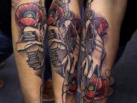 Татуировка маки и пальцы Фреди Крюгера