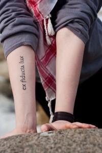 Татуировки в виде надписей: есть ли в них смысл?