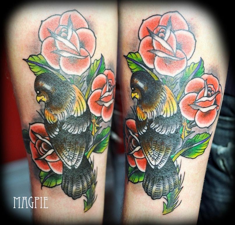 олд скул розы птицы цветная татуировка тату на руке