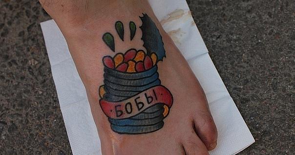 Татуировка выполнена на подъёме стопы. Обладатель татуировки - любитель бобов и фасоли. Стилистика: олд скул, традишнл,традиционная татуировка, Traditional / Old school tattoo. Выполнение татуировки и разработка эскиза - мастер Егор Лещёв.