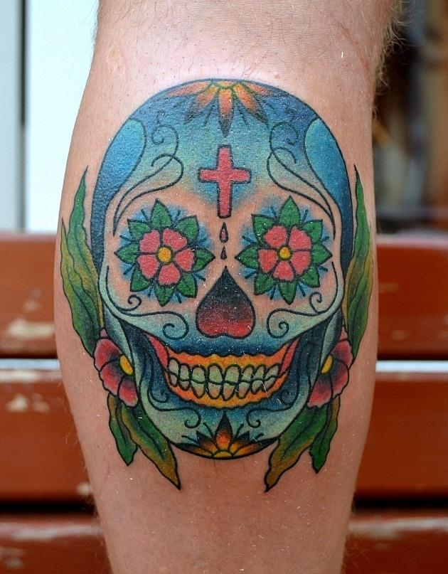 Эта татуировка выполнена на ноге. Для нашего постоянного клиента был специально разработан эскиз, учитывая его предпочтения и пожелания. На работу ушло менее 3х часов.  Стилистика: олд скул, традишнл,традиционная татуировка, Traditional / Old school tattoo, цветная татуировка, мексиканский стиль, sugar skull