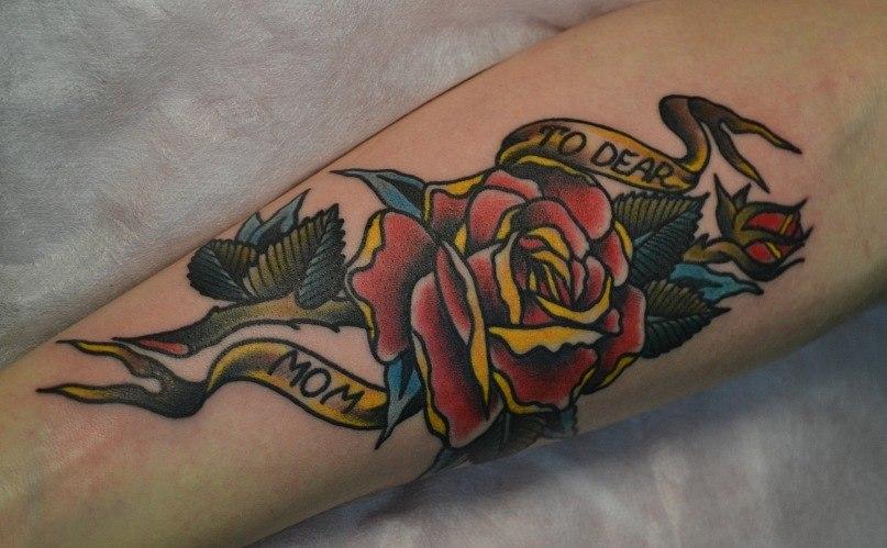 """Цветок роза """"Для дорогой мамочки"""". Татуировка выполнена на внутренней стороне предплечья. Стилистика - old scholl,traditional. Цветная татуировка. Эскиз из инета с изменениями. Время работы 2 часа. Мастер Виолетта доморад"""