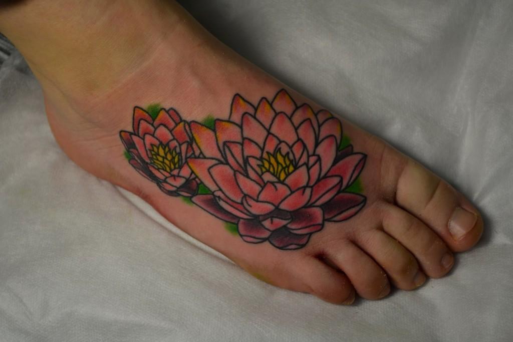 Татуировка выполнена на ноге, на подъёме стопы. Время работы - 1ч 40. Мастер Виолетта Доморад.