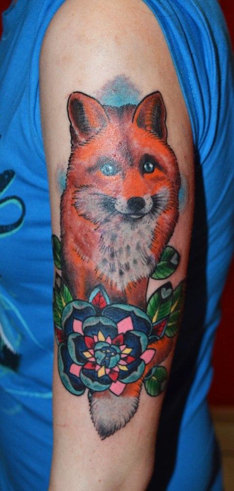 татуировка лисичка с цветочком