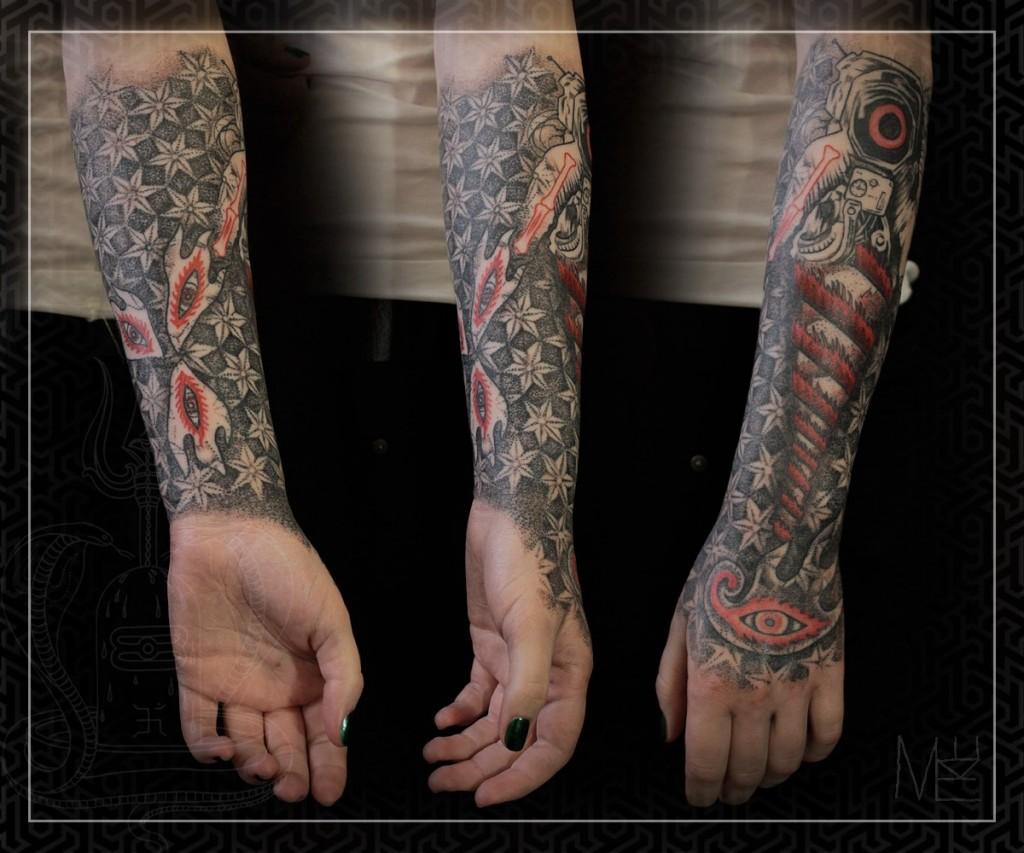 Художественная татуировка космический полурукав.