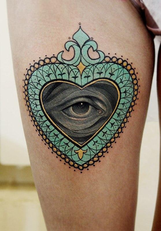 Художественная татуировка Всевидящее сердце. Мастер Александр