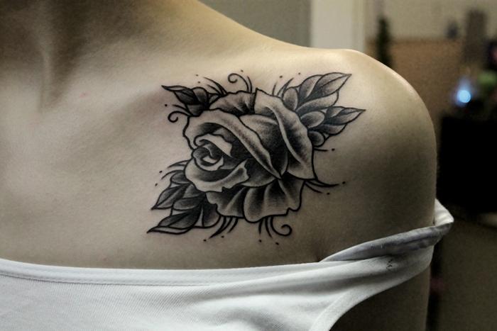 """Татуировка """"Роза"""". Мастер Валера Моргунов. Расположение: ключица."""