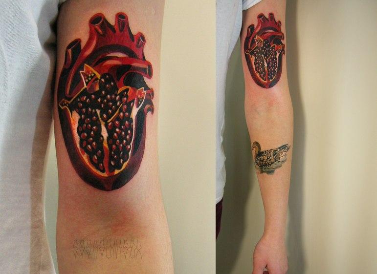 """Художественная татуировка """"Сердце-гранат"""". Мастер Саша Unisex. Расположение: предплечье."""