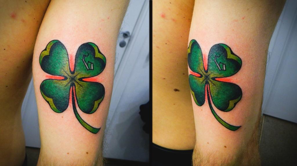 """Художественная татуировка """"Клевер"""". Мастер Денис Марахин. Расположение: нога."""