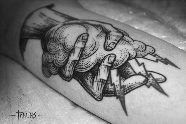 """Художественная татуировка """"Рука с молнией"""". мастер Александра Табунс."""