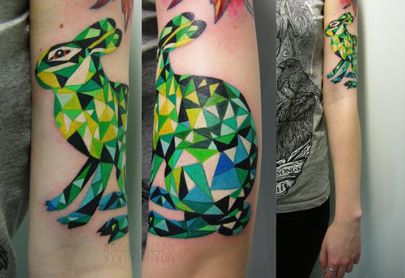 """Художественная татуировка """"Заяц"""". Мастер Саша Unisex. Расположение: плечо."""