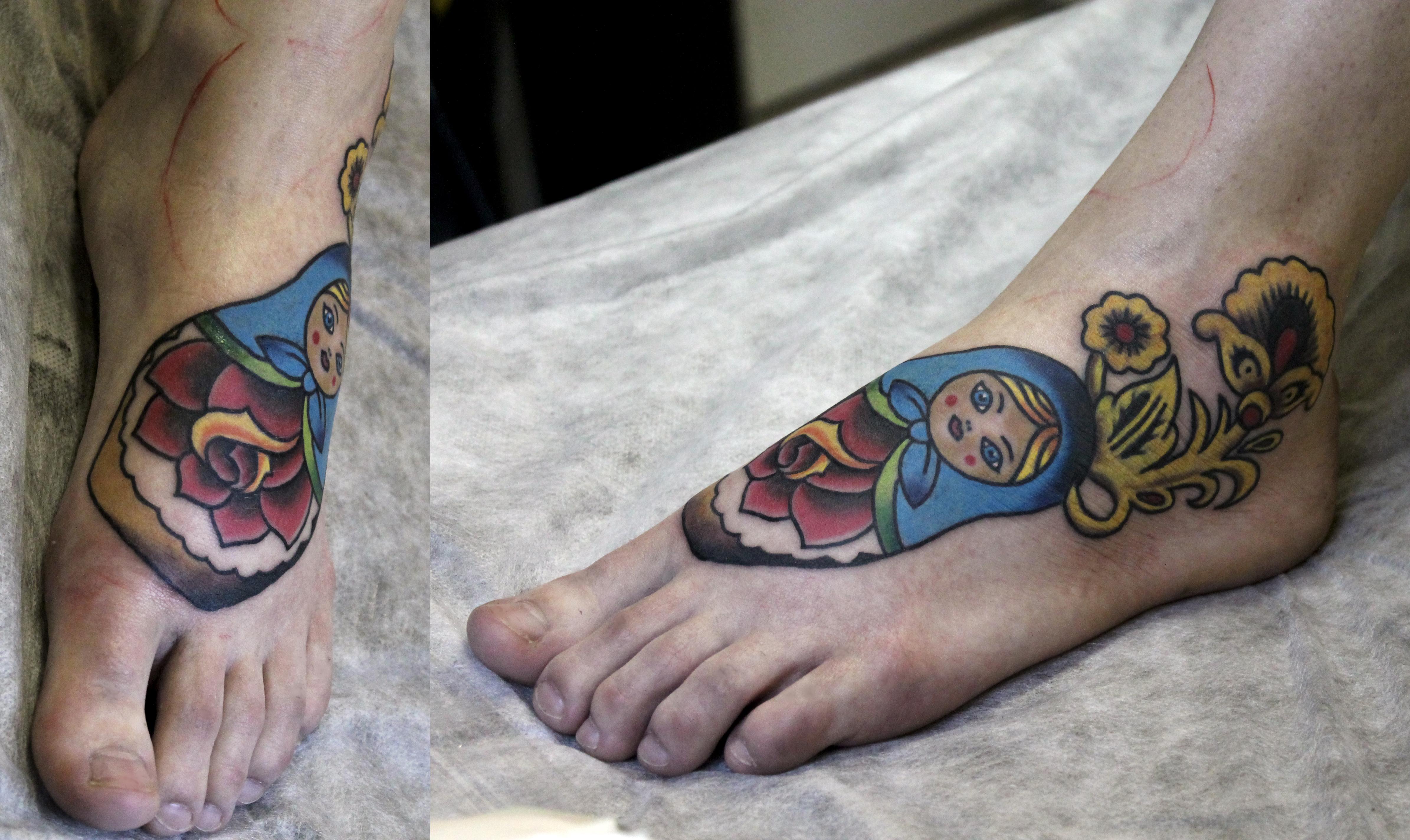 """Художественная татуировка """"Матрёшка"""". Мастер Евгений """"Химик"""" Булгаков. Расположение: нога."""