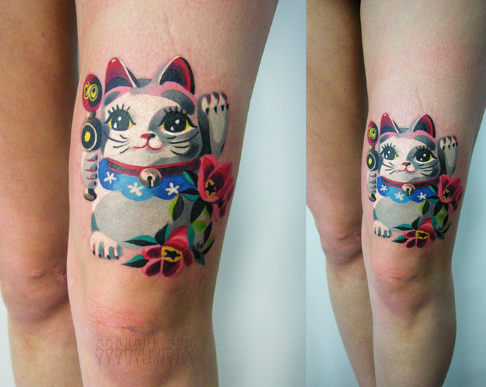 """Художественная татуировка """"Манеки Неку"""". Мастер Саша Unisex. Расположение:передняя поверхность бедра."""
