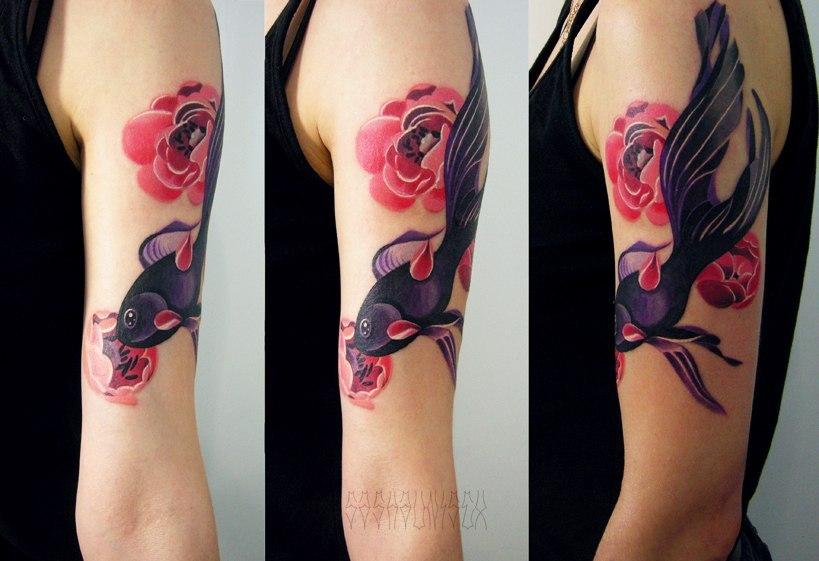"""Художественная татуировка """"Рыбка с пионами"""". Мастер Саша Unisex."""