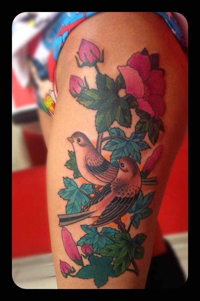 Татуировка птицы в цветах. Мастер Артем.