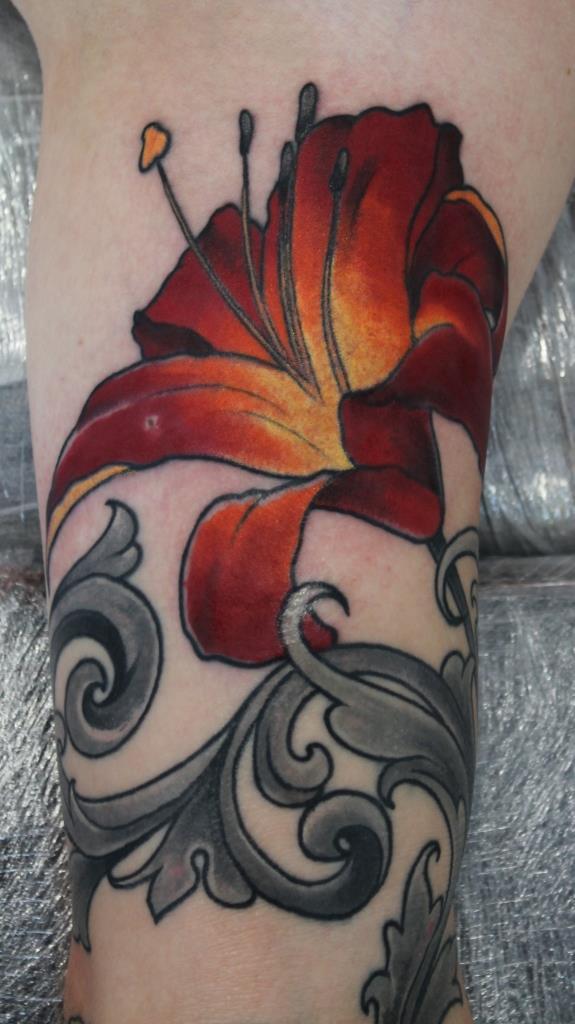 Художественная татуировка «Цветок». Фрагмент. Мастер Саша Новик.
