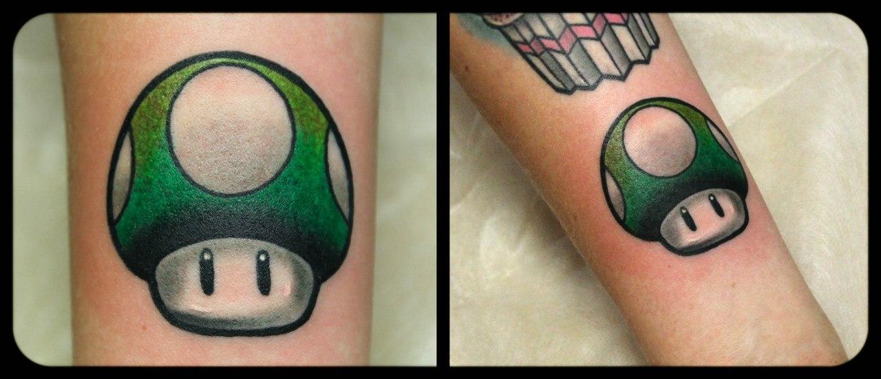 """Художественная татуировка """"Гриб из Марио"""". Мастер Денис Марахин."""