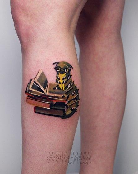 Художественная татуировка «Гусеница с книжкой». Мастер Саша Unisex.