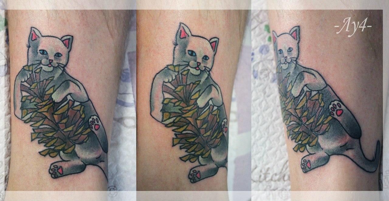 Художественная татуировка «Кот с шишкой». Мастер Катя Луч.