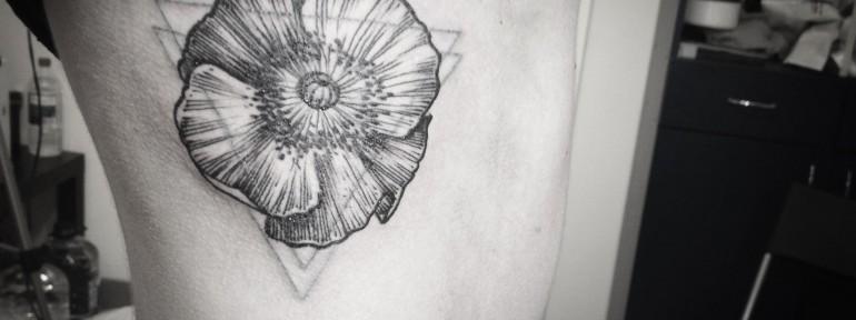 Художественная татуировка Цветок от мастера Саши Табунс