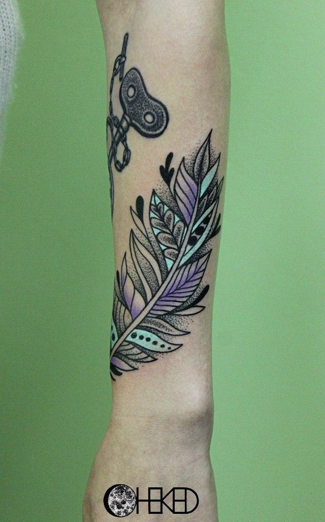 Художественная татуировка «Перышко» от мастера Alice Cheked