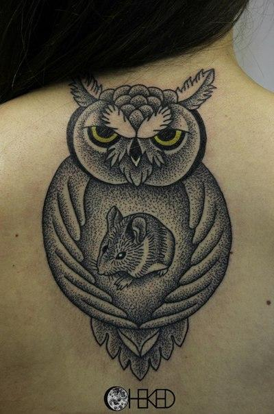 Художественная татуировка «Сова и мышь» от Алисы Чекед
