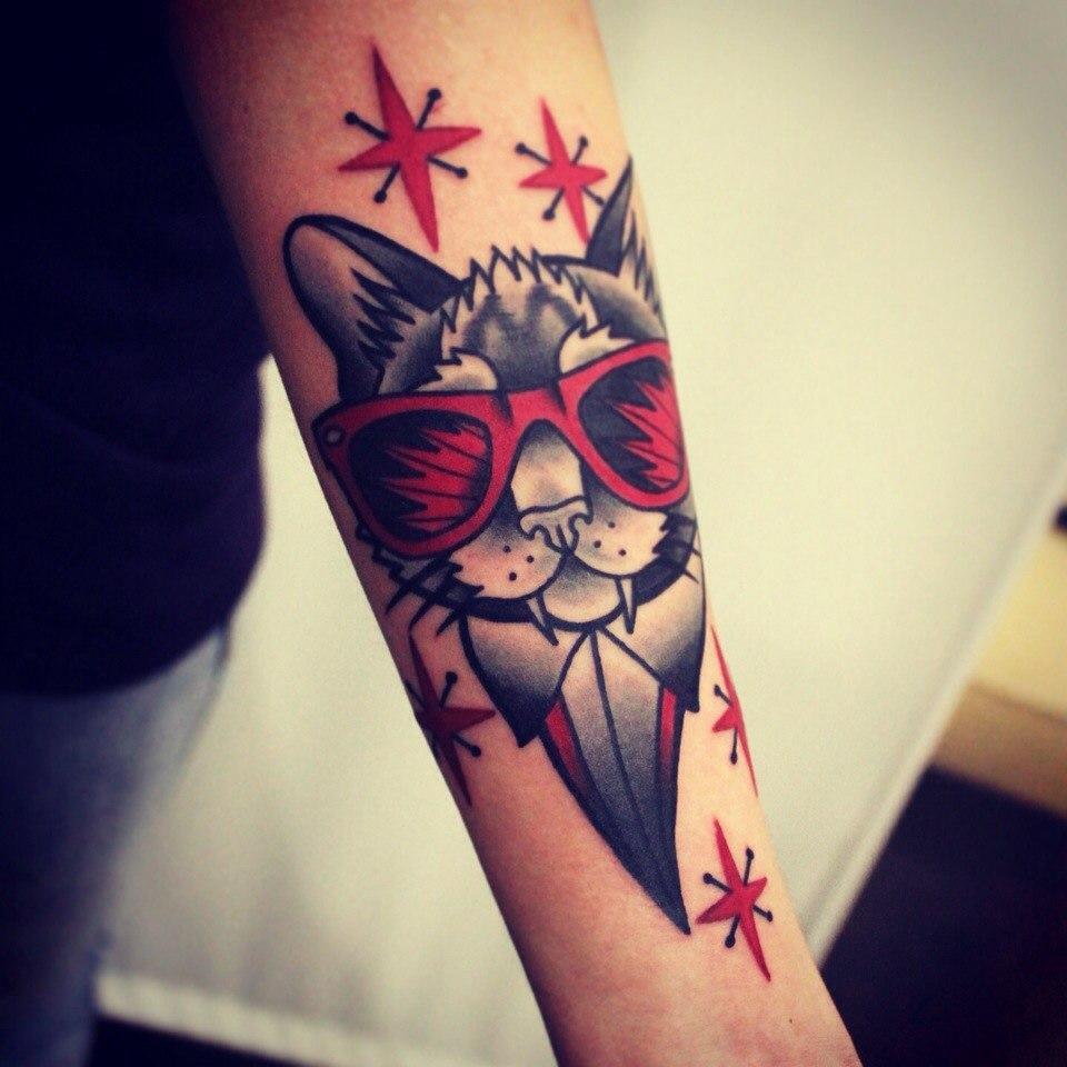 """Художественная татуировка """"Кот в очках"""". Мастер Денис Марахин."""