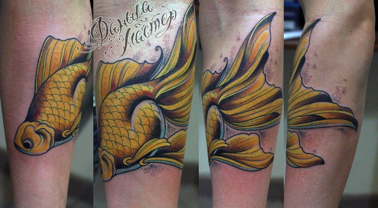 """Художественная татуировка """"Golden Fish"""" от Данилы-мастера."""