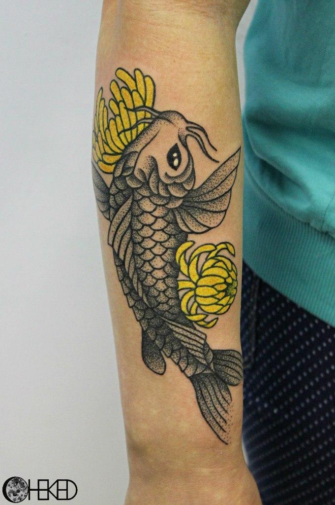 """Художественная татуировка """"Карп"""" от мастера Алисы Чекед."""