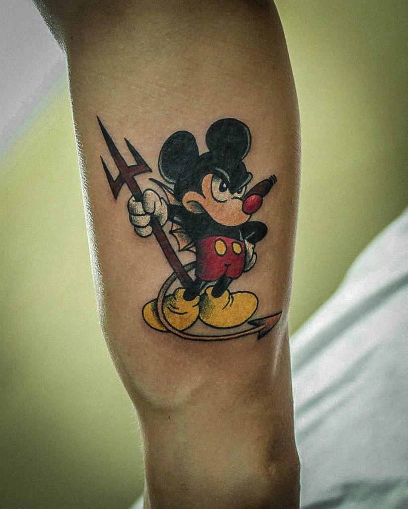 """Художественная татуировка """"Микки Маус"""" от Ксении Волчок."""