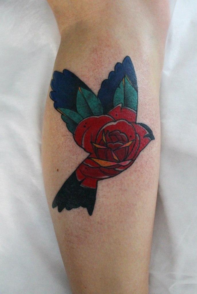 Художественная татуировка «Роза в птице». Мастер Саша Новик.