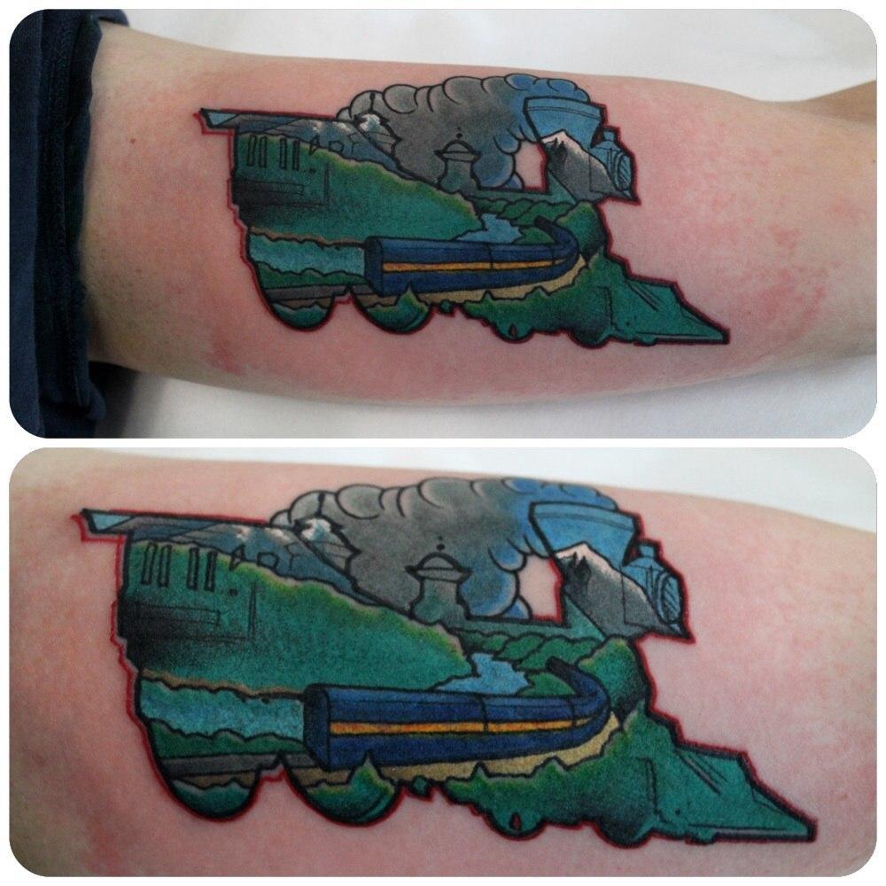 Художественная татуировка «Поезд». Мастер Саша Новик.