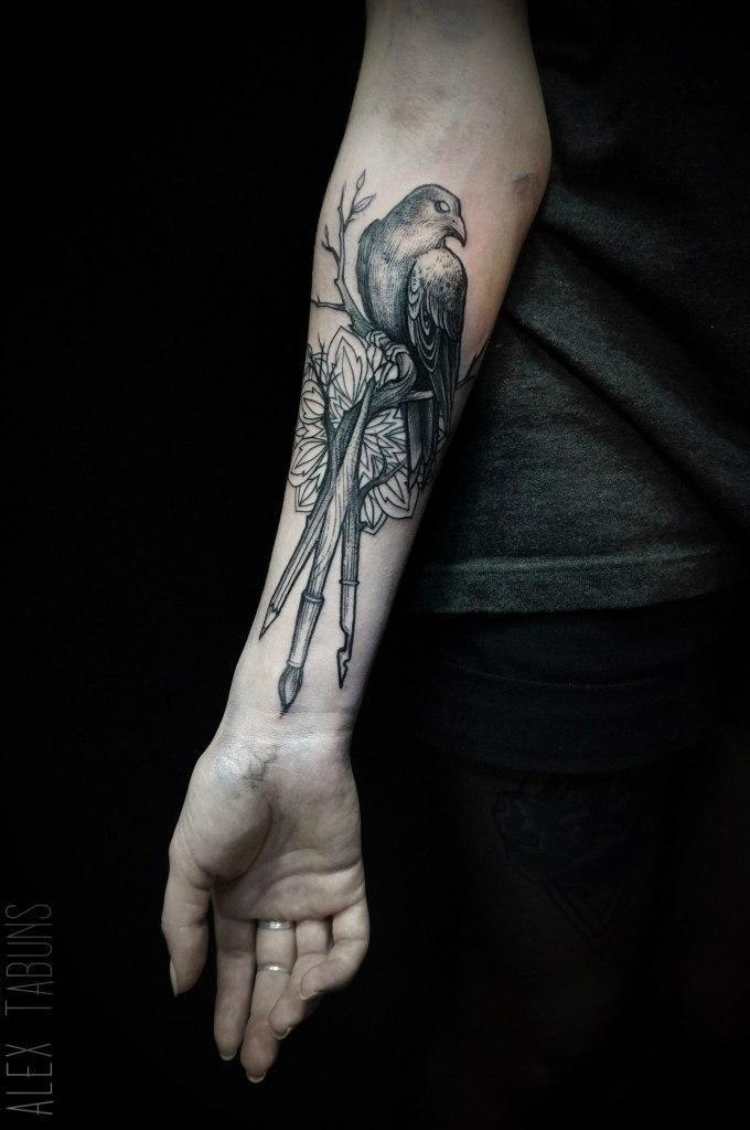 """Художественная татуировка """"Птица на дереве"""" от Саши Табунс"""