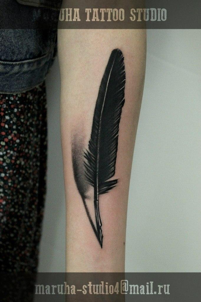 """Художественная татуировка """"Перо"""" от Валеры Моргунова."""