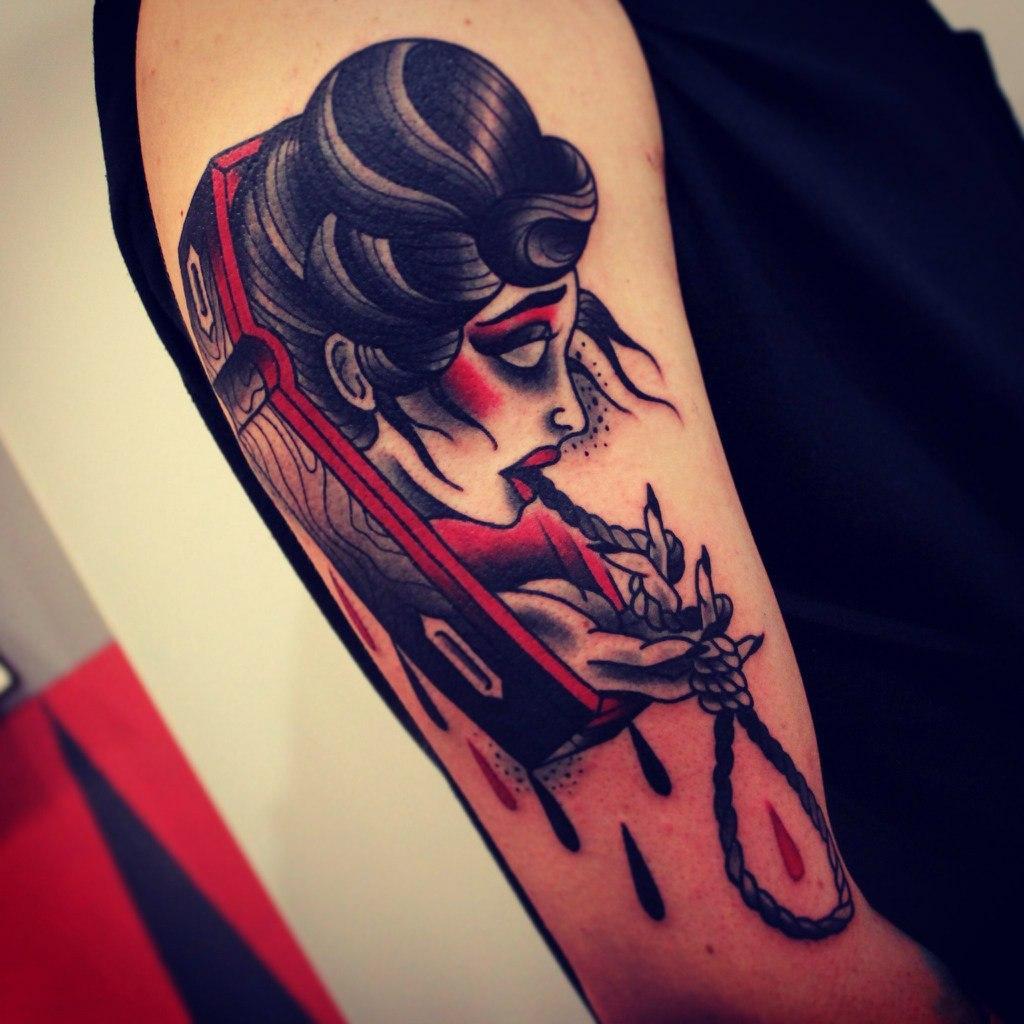 Художественная татуировка «Девушка в гробу». Мастер Денис Марахин.