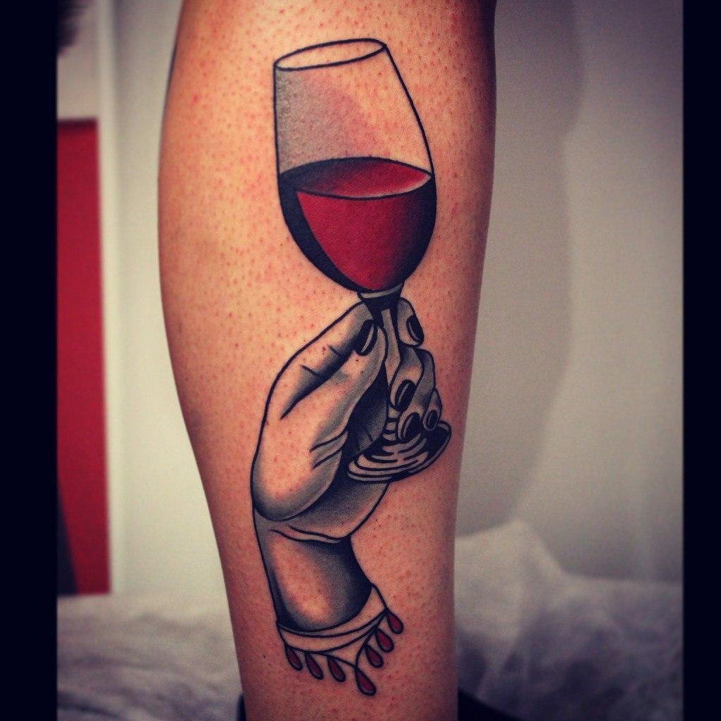 Художественная татуировка «Рука с бокалом». Мастер Денис Марахин.