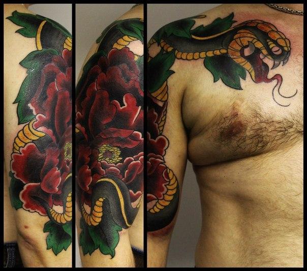 """Художественная татуировка-перекрытие """"Змея с пионом"""". Мастер Андрей Бойцев."""