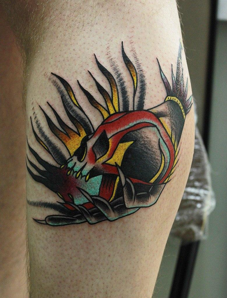 Художественная татуировка череп в руке от мастера Вовы Snoop'а.