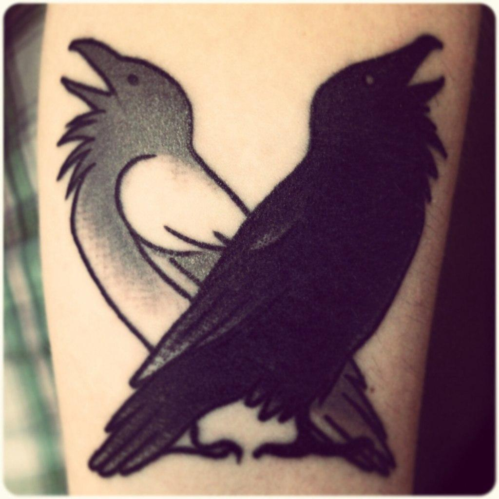Художественная татуировка «Вороны». Мастер Саша Новик.