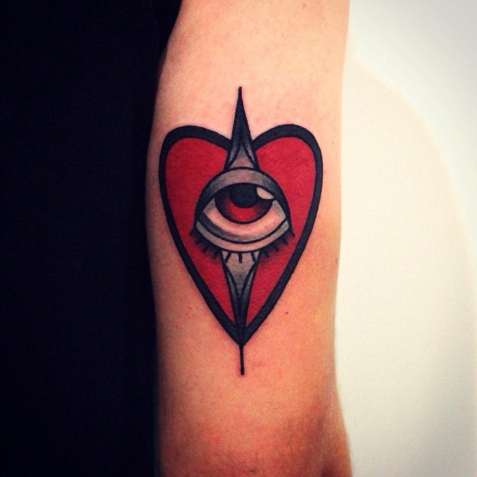 Художественная татуировка «Сердце с глазом». Мастер Денис Марахин.