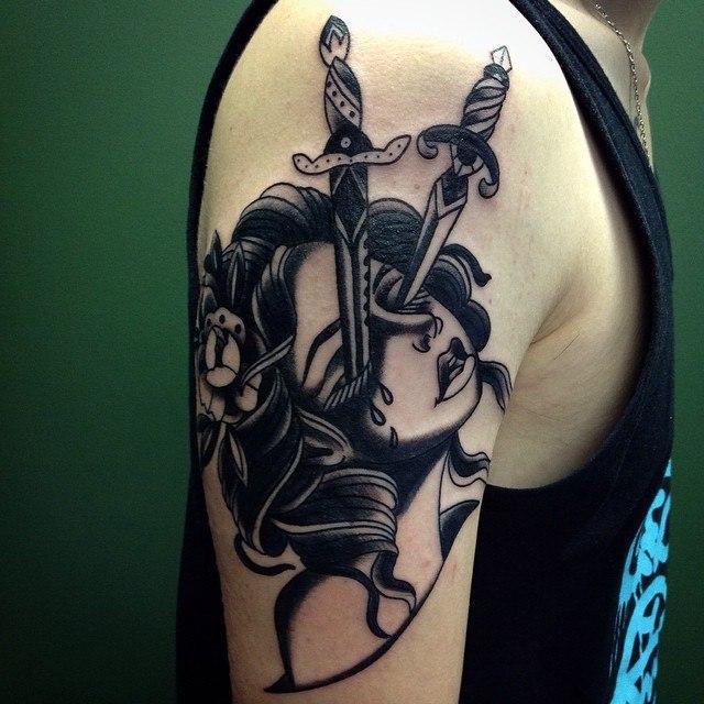 """Художественная татуировка """"Девушка с кинжалами"""" от Тани Lika Борецкой."""