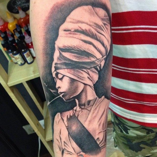 Художественная татуировка «Девушка». Мастер Павел Заволока.