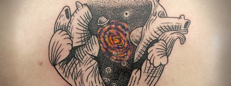Художественная татуировка «Космос в сердце» от Инессы