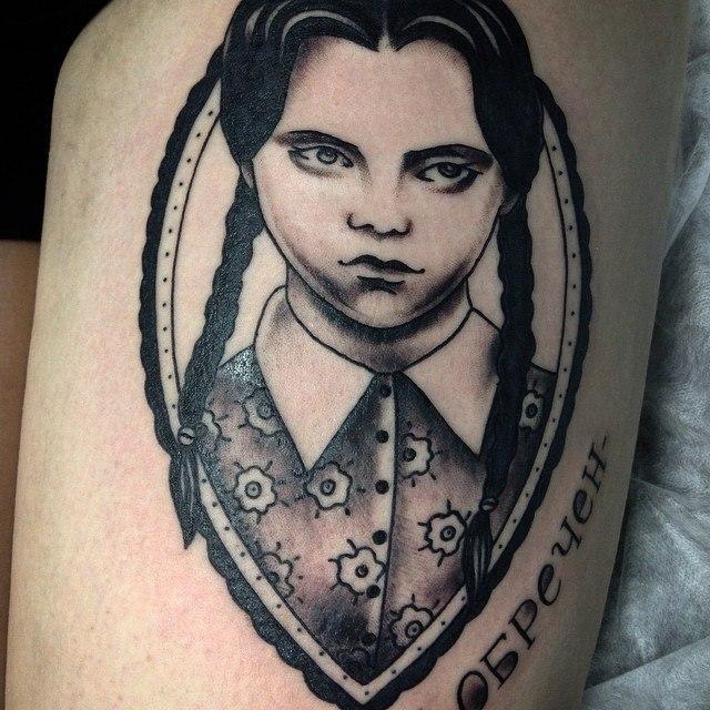 Художественная татуировка «Портрет Wednesday Addams». Мастер Таня Lika.
