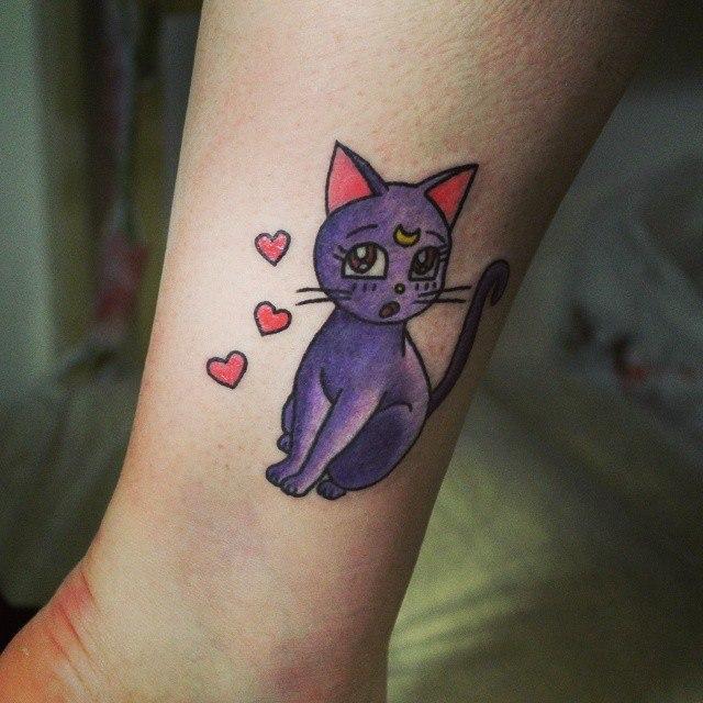 Художественная татуировка «Котик из Сэйлор Мун». Начинающий мастер Настя Стриж.
