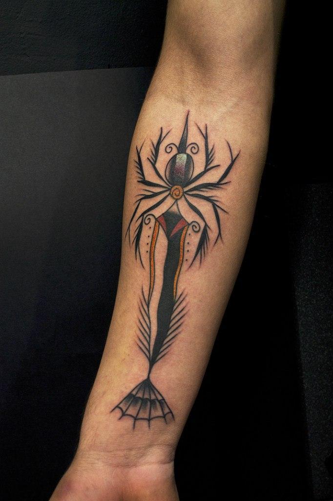 """Художественная татуировка """"Паучий кинжал"""" от Вовы Snoop'a."""