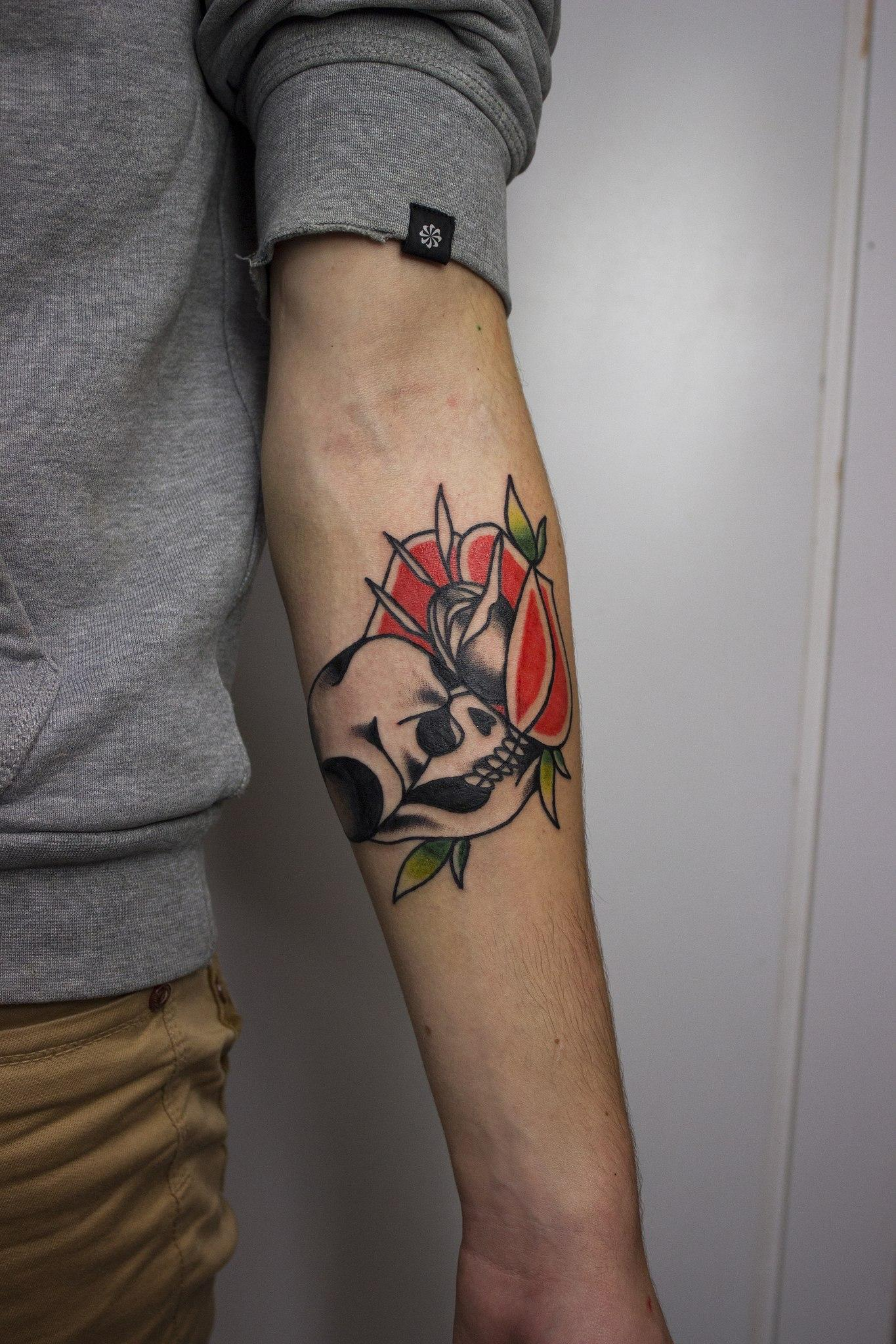 """Художественная татуировка """"Череп с розой"""". Начинающий мастер Евгений Константинов."""