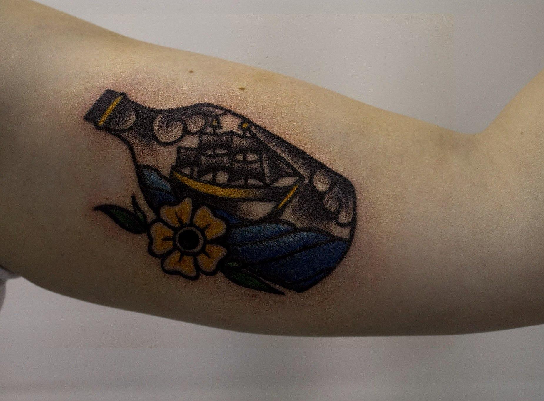"""Художественная татуировка """"Бутылочка"""" от начинающего мастера Евгения Константинова."""