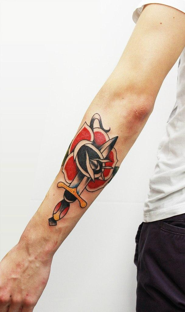 """Художественная татуировка """"Кинжал с розой"""". Начинающий мастер Евгений Константинов."""