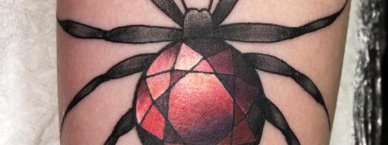 Художественная татуировка «Паук с рубином». Мастер Нияз Фахриев.